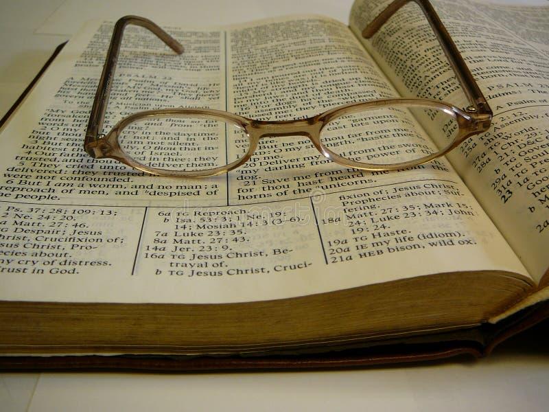 Vidrios del ojo de la biblia del estudio en tapa foto de archivo libre de regalías