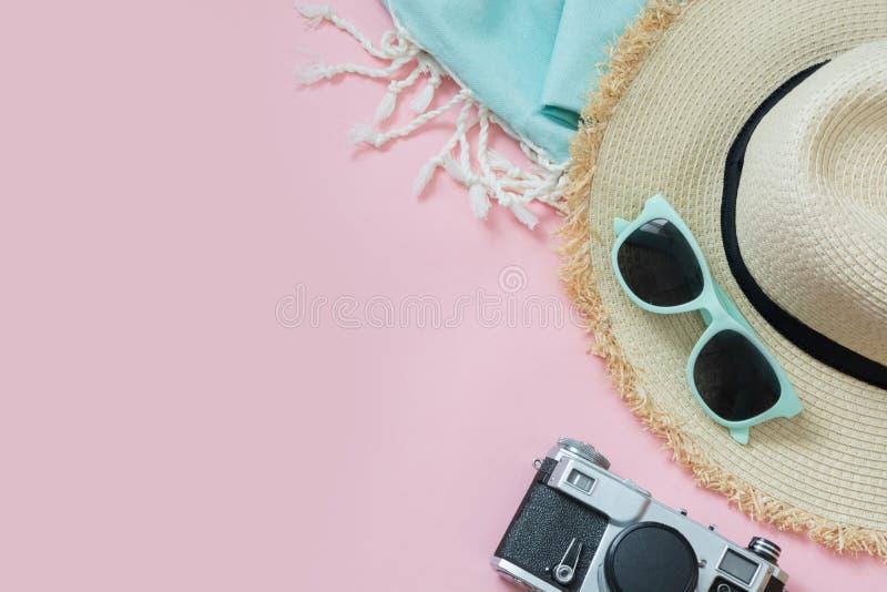 Vidrios del sunhat y de sol de la playa de la paja en rosa dinámico con el espacio para el texto Equipo femenino para la playa Co imagen de archivo