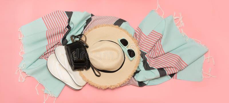 Vidrios del sunhat y de sol de la playa de la paja en rosa dinámico con el espacio para el texto Equipo femenino para la playa Co fotografía de archivo libre de regalías