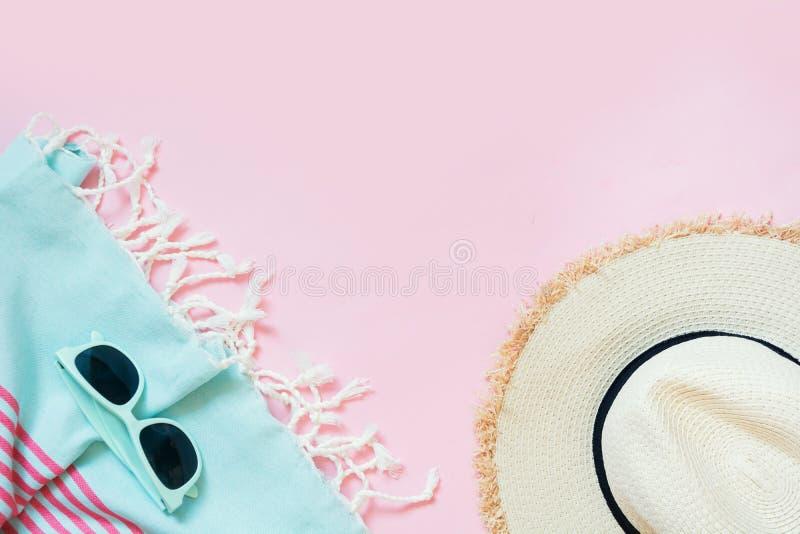 Vidrios del sunhat y de sol de la playa de la paja en rosa dinámico con el espacio para el texto Equipo femenino para la playa Co fotos de archivo libres de regalías