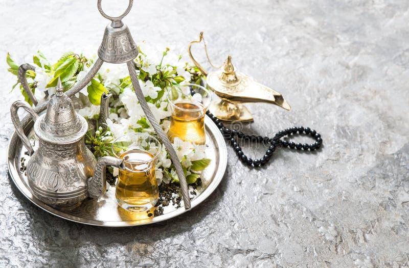 Vidrios del té, vajilla de plata oriental, linterna árabe y Rosa imagenes de archivo