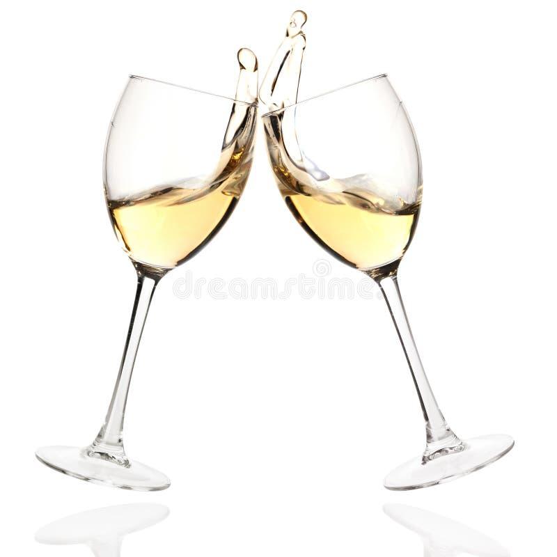 Vidrios del tintineo con el vino blanco