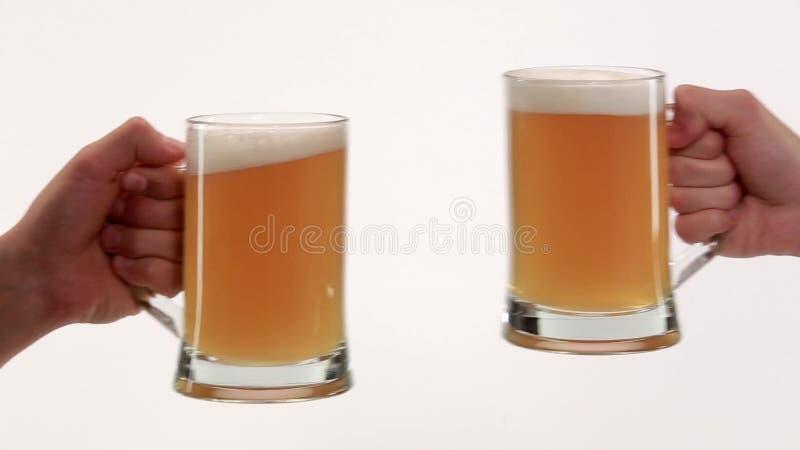 Vidrios del tintineo con la cerveza metrajes