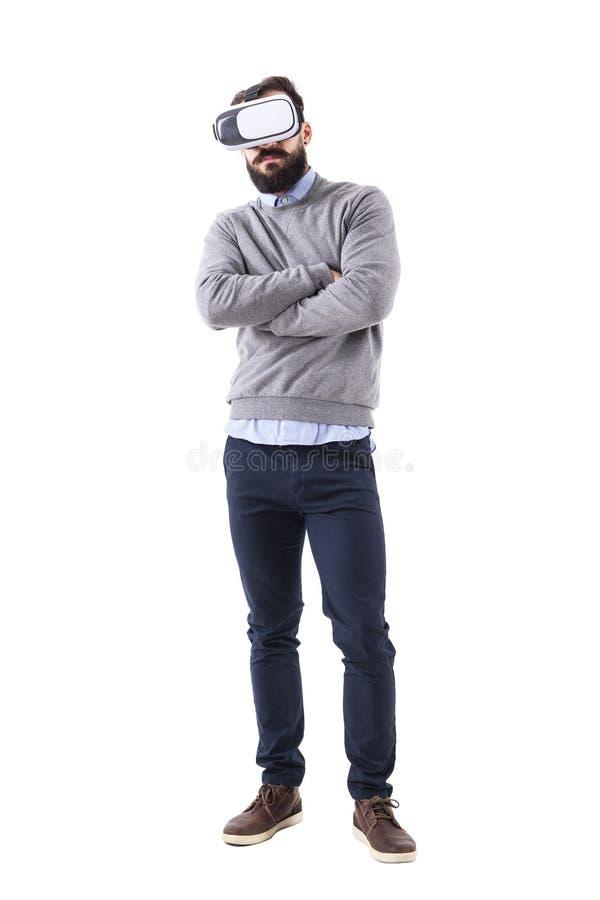 Vidrios del vr del hombre que llevan casual elegante joven con los brazos cruzados fotografía de archivo