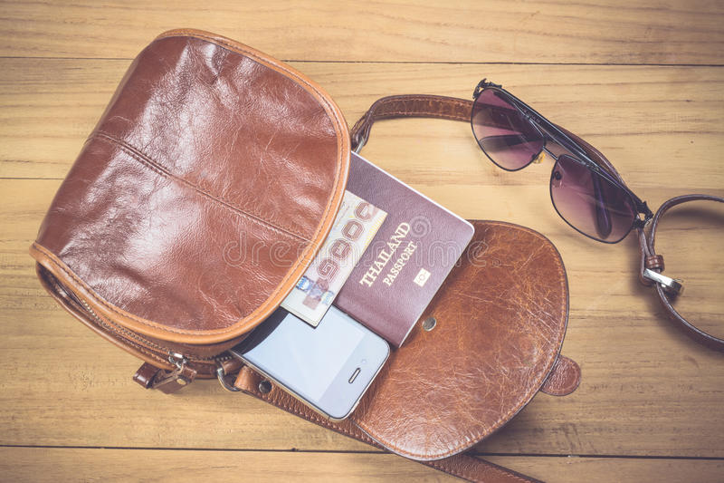 Vidrios, dinero y smartphone fotos de archivo libres de regalías