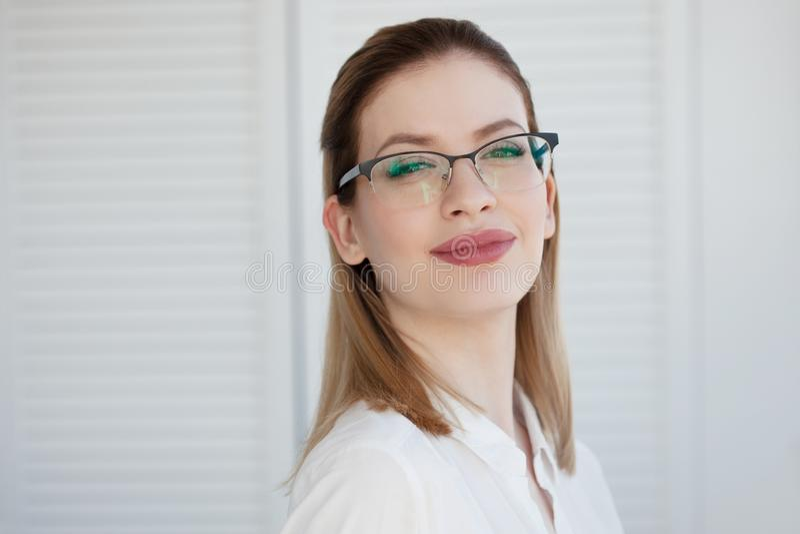 Vidrios elegantes en un marco fino, correcci?n de la visi?n Retrato de una mujer joven imágenes de archivo libres de regalías
