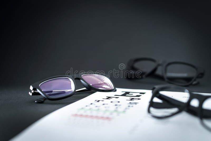 Vidrios en carta de prueba de la vista del ojo con diversas opciones del espectáculo fotografía de archivo