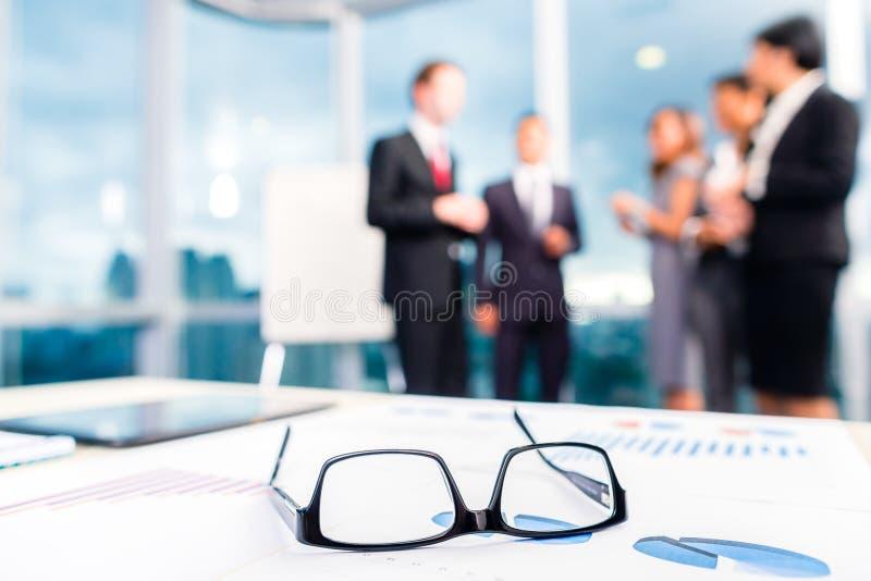 Vidrios en el escritorio de oficina imagen de archivo libre de regalías