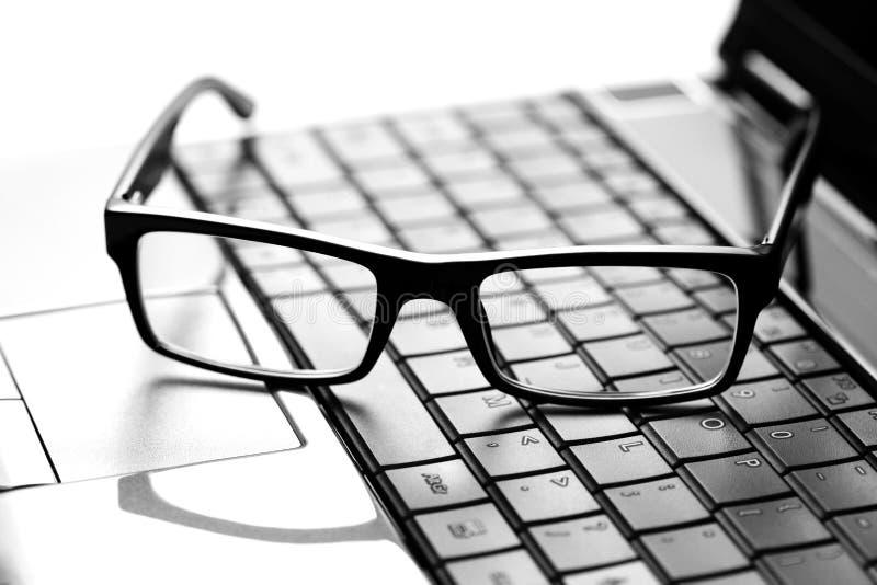 Vidrios en la computadora portátil imagen de archivo