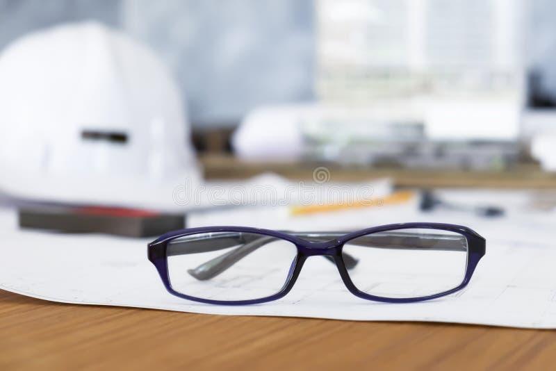 Vidrios en la tabla de funcionamiento del ingeniero o del arquitecto en oficina imagen de archivo libre de regalías