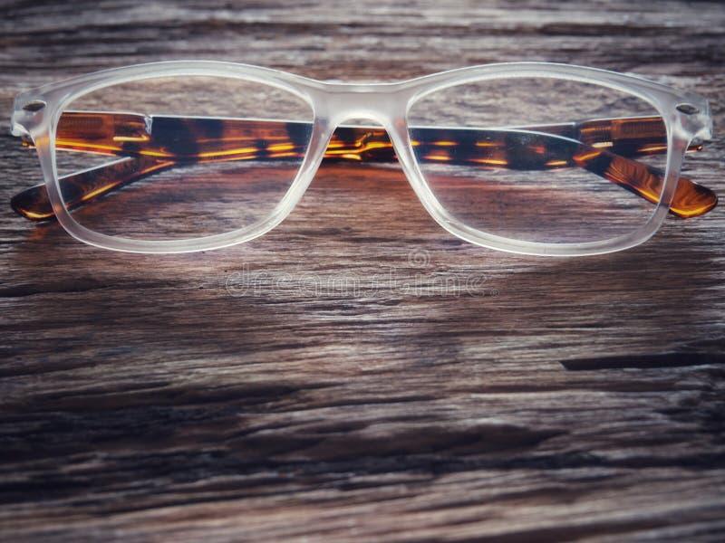 Vidrios en la tabla de madera vieja Y el espacio para el texto o los símbolos en vintage entona con los prolongados objetos imágenes de archivo libres de regalías