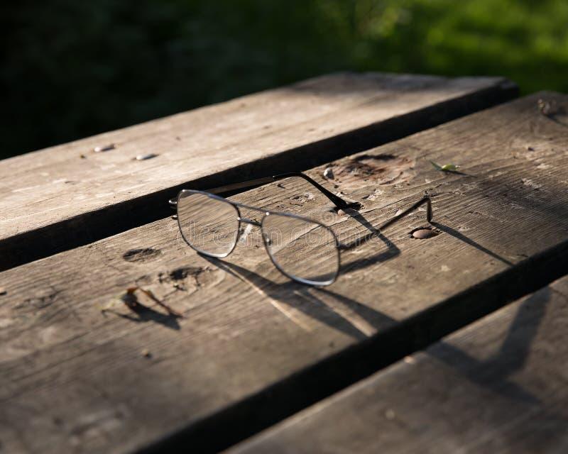Vidrios en superficie de madera rústica fotografía de archivo libre de regalías