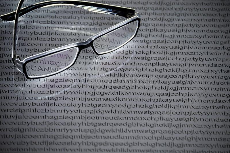 Vidrios en un fondo blanco de letras al azar del alfabeto ingl?s imagenes de archivo