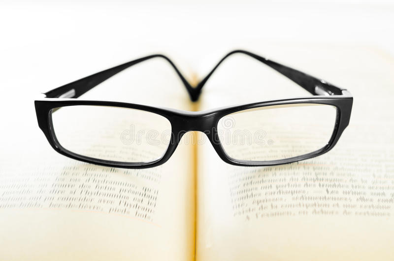 Vidrios en un libro imagenes de archivo