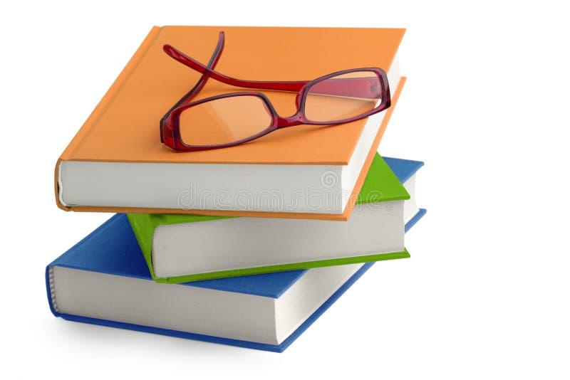Vidrios en una pila de libros fotos de archivo libres de regalías