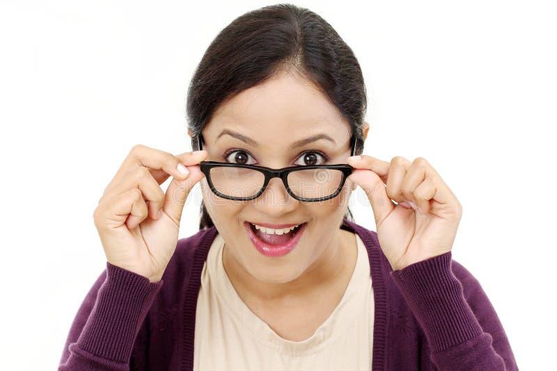 Vidrios femeninos jovenes del ojo de la demostración del óptico fotografía de archivo