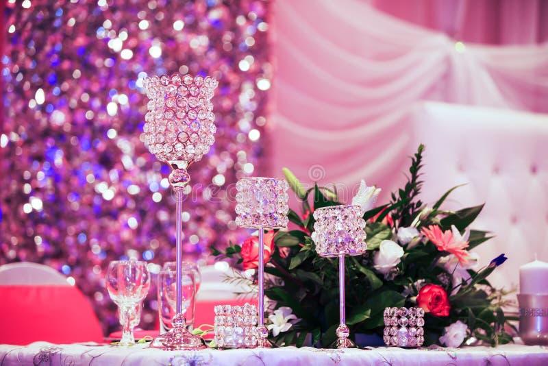 Vidrios hermosos en la tabla de banquete imagenes de archivo