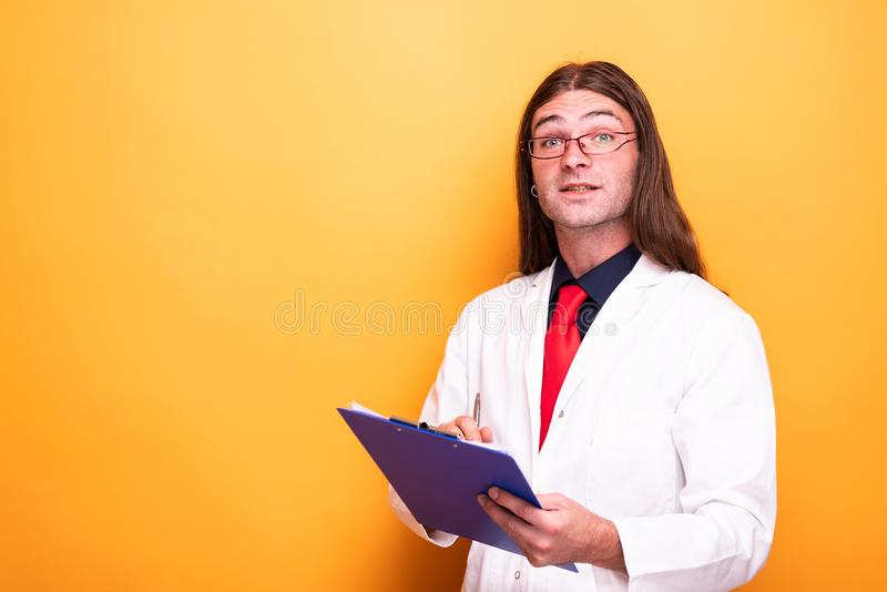 Vidrios masculinos lindos del whith del especialista y capa blanca foto de archivo