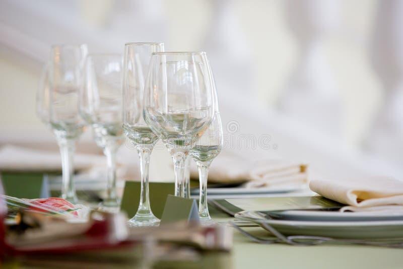 Vidrios para la vid Sistema de la tabla para un partido o una recepción nupcial del evento, foto de archivo libre de regalías