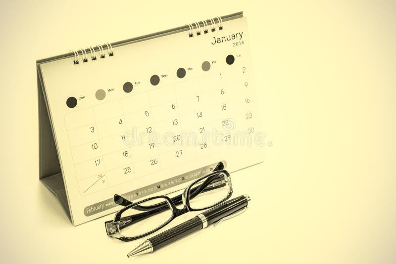 Vidrios, plumas, calendarios fotografía de archivo libre de regalías