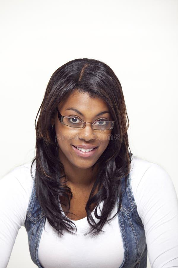 Vidrios que desgastan de la mujer étnica hermosa fotografía de archivo