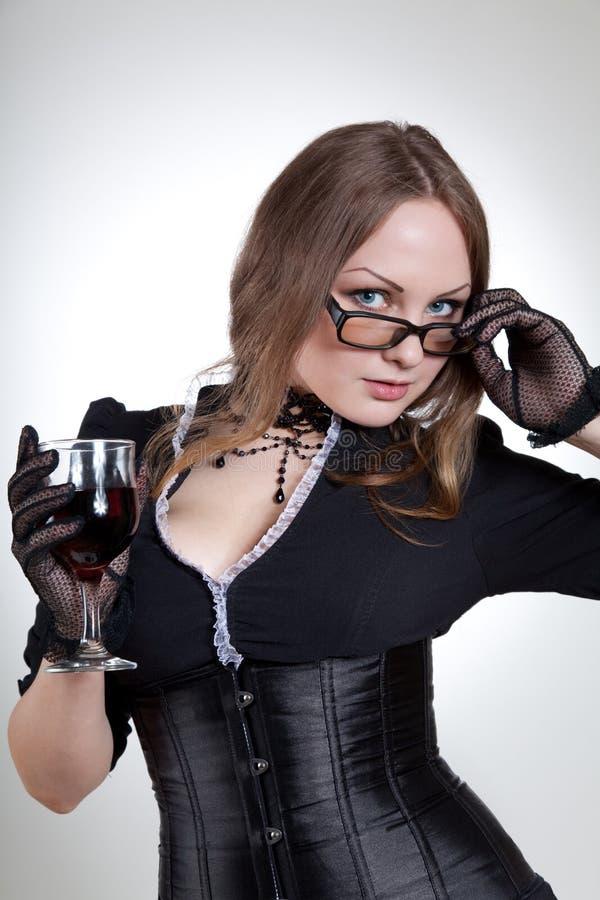 Vidrios que desgastan de la mujer atractiva fotografía de archivo