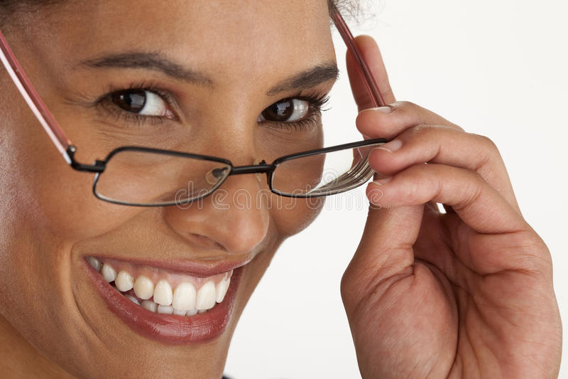 Vidrios que desgastan de la mujer joven imagen de archivo