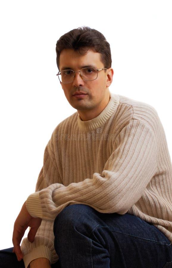 Vidrios que desgastan del hombre que se está sentando foto de archivo libre de regalías