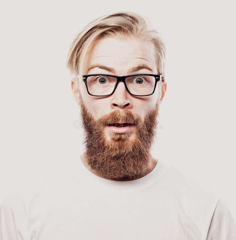 Vidrios que llevan barbudos del hombre joven del inconformista aislados en el fondo blanco foto de archivo