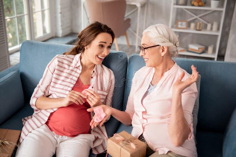 Vidrios que llevan de la abuela futura que cuidan que hacen presentes agradables fotos de archivo