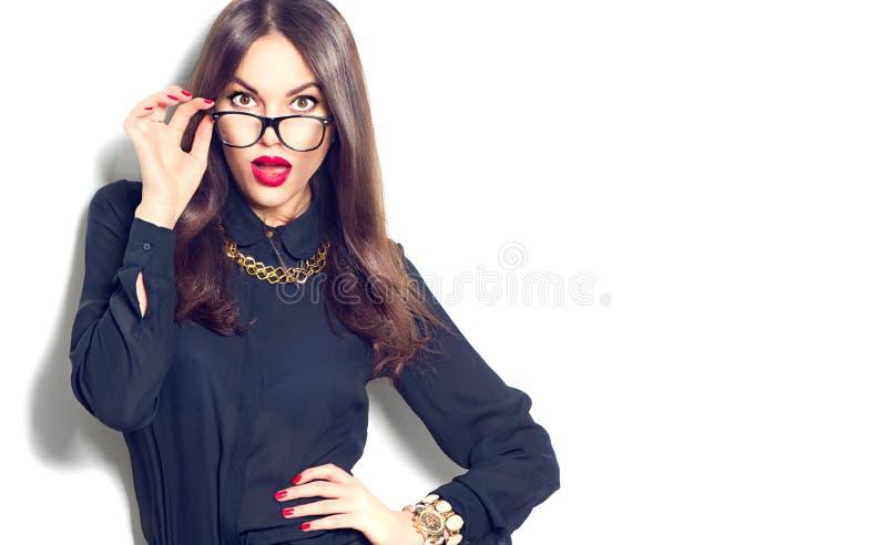 Vidrios que llevan de moda de la belleza de la muchacha atractiva del modelo imágenes de archivo libres de regalías