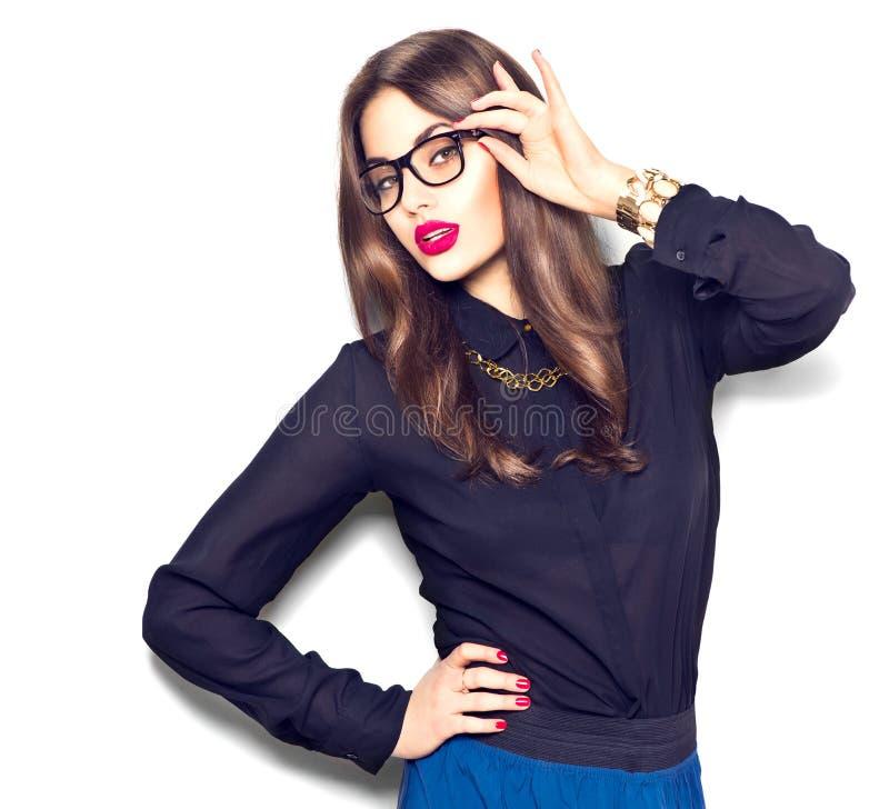 Vidrios que llevan de moda de la belleza de la muchacha atractiva del modelo imagen de archivo