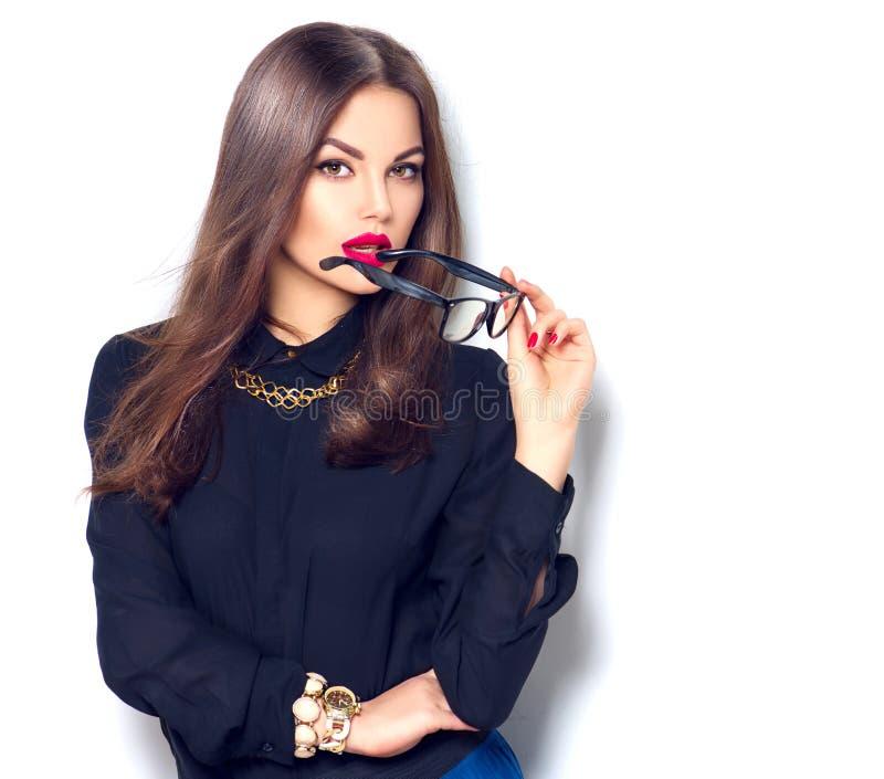 Vidrios que llevan de moda de la belleza de la muchacha atractiva del modelo, sobre blanco fotos de archivo