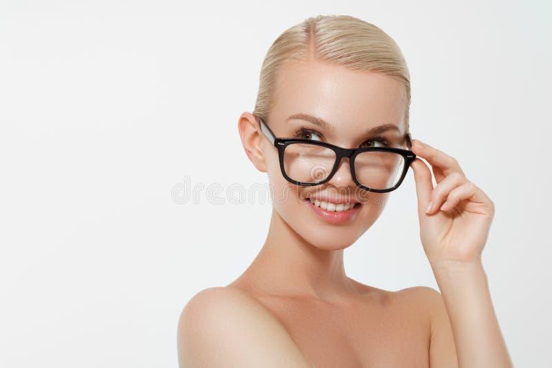 Vidrios que llevan de moda de la belleza del modelo del retrato atractivo de la mujer, aislados en el fondo blanco Muchacha trigu foto de archivo