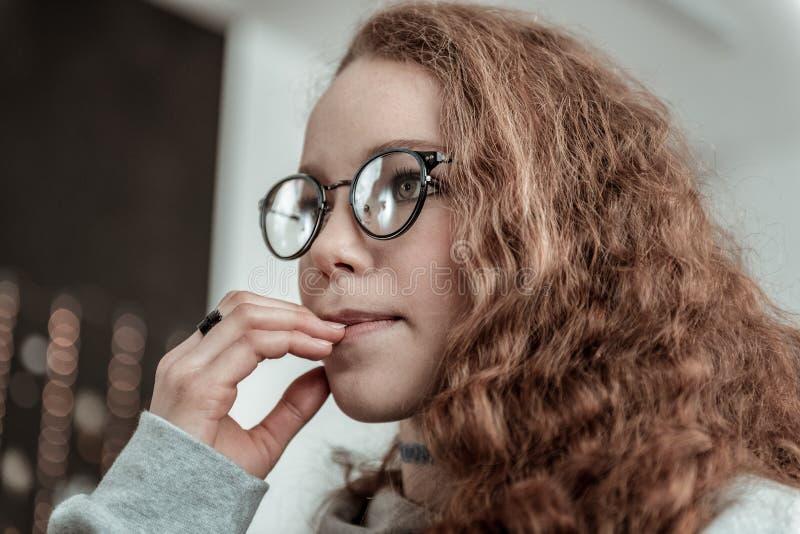 Vidrios que llevan del adolescente oscuro-cabelludo rizado y anillo negro fotografía de archivo libre de regalías