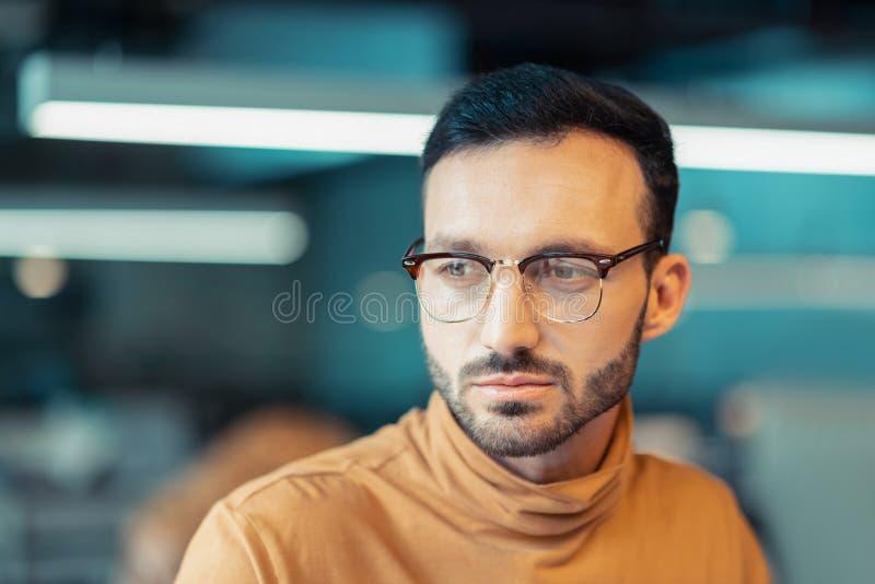 Vidrios que llevan del hombre maduro hermoso y cuello anaranjado del polo fotos de archivo