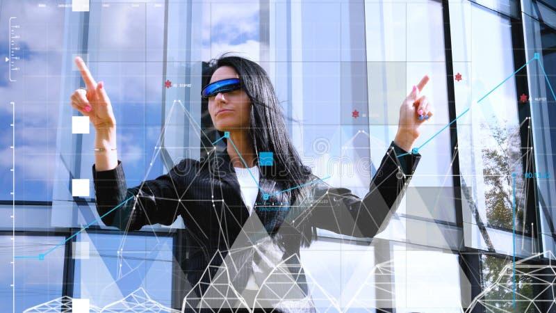 Vidrios que llevan del interfaz ologr?fico virtual y de la mujer joven imágenes de archivo libres de regalías