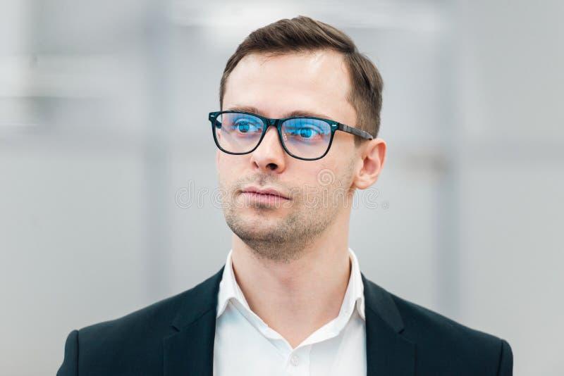 Vidrios que llevan hermosos jovenes del hombre de negocios escépticos y nerviosos, expresión de desaprobación en cara fotografía de archivo