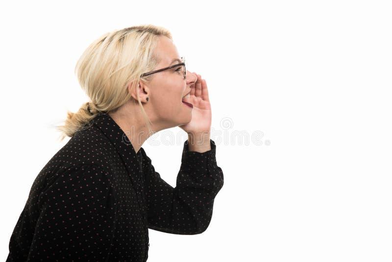 Vidrios que llevan rubios del profesor de sexo femenino de la vista lateral que gritan hacia fuera lo fotografía de archivo libre de regalías