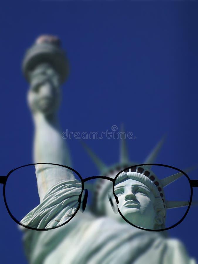 Vidrios que miran la estatua de la libertad imágenes de archivo libres de regalías
