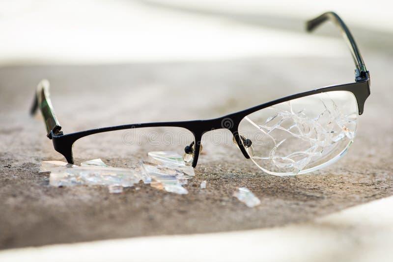 vidrios quebrados en el asfalto imagen de archivo
