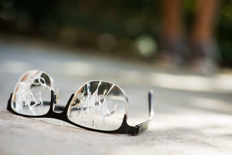 vidrios quebrados en el asfalto imagen de archivo libre de regalías