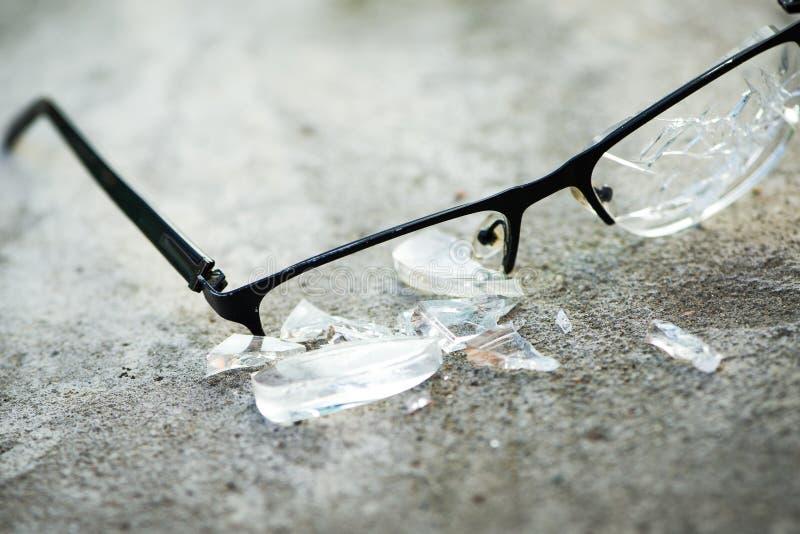 vidrios quebrados en el asfalto fotografía de archivo