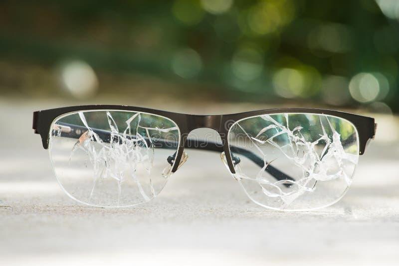 vidrios quebrados en el asfalto imágenes de archivo libres de regalías