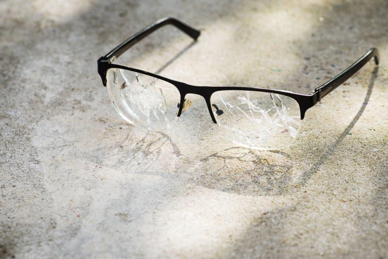 vidrios quebrados en el asfalto fotos de archivo libres de regalías