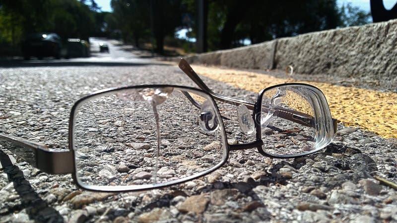 Vidrios quebrados en el camino imagenes de archivo