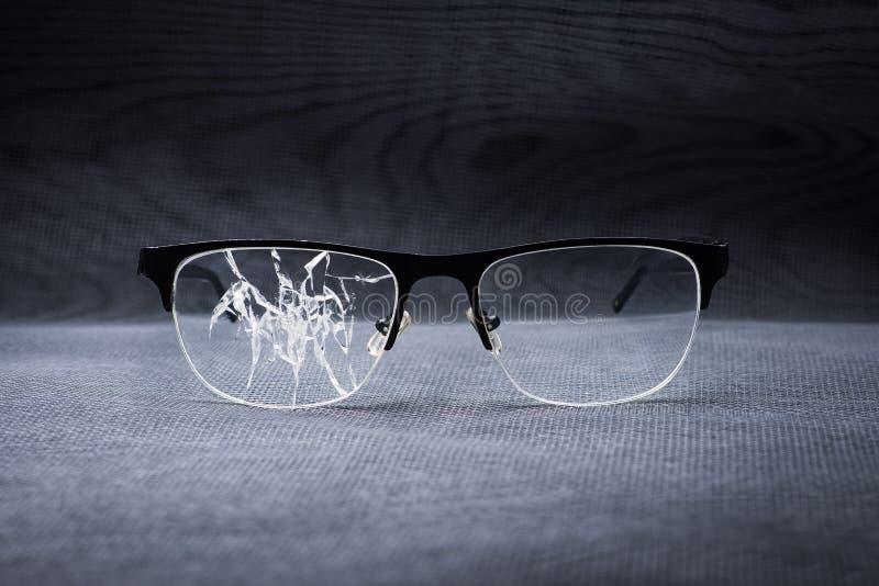 vidrios quebrados en un fondo del metal foto de archivo