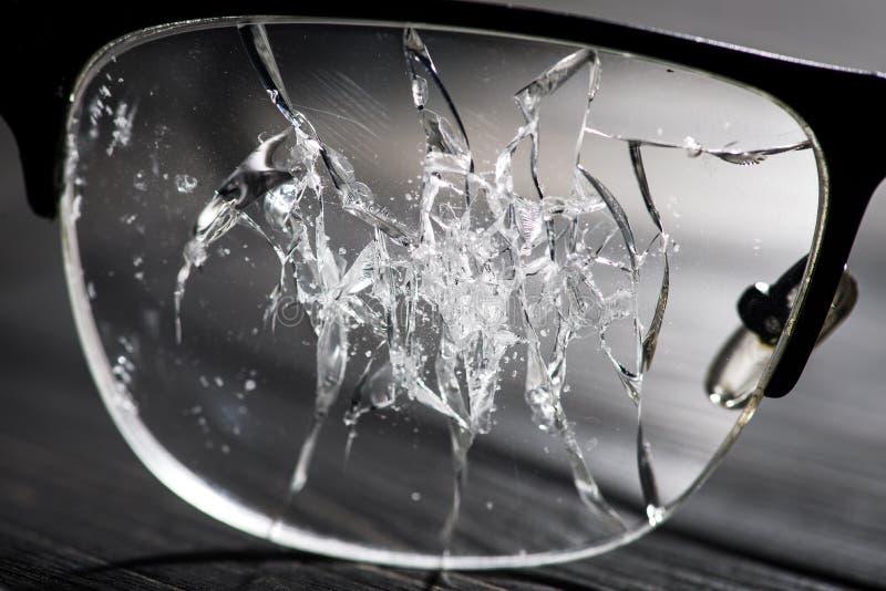 vidrios quebrados en una tabla de madera fotografía de archivo
