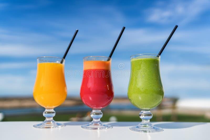 Vidrios sanos de jugo vegetal - tendencia juicing imagenes de archivo