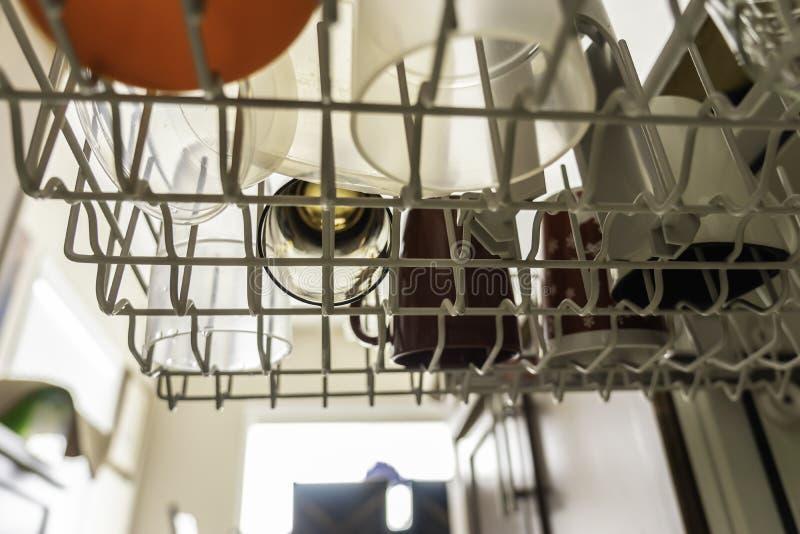 Vidrios, tazas y placas en un lavaplatos en casa imágenes de archivo libres de regalías